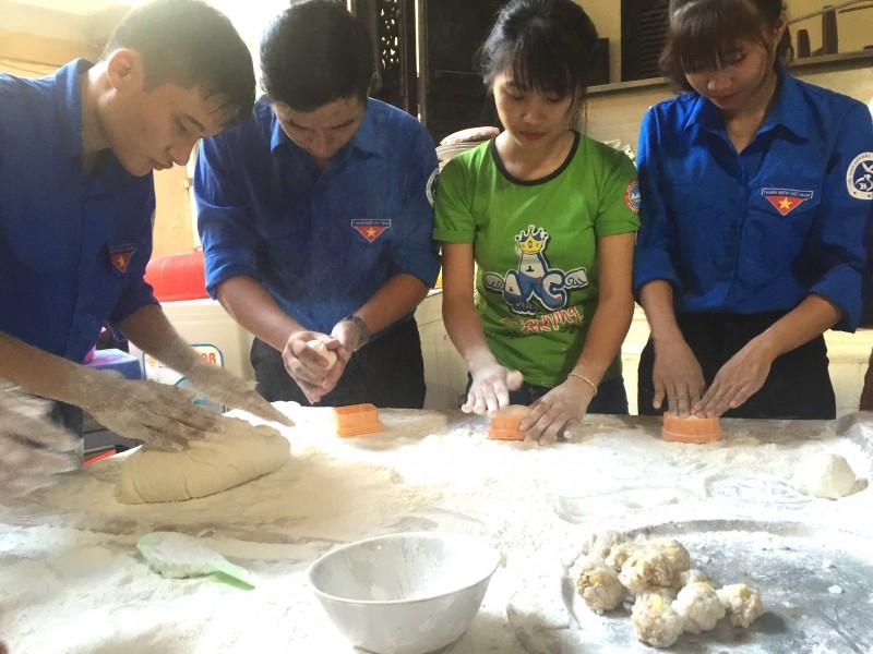 100 tình nguyện viên làm bánh trung thu tặng trẻ em nghèo