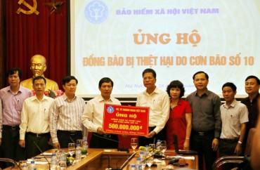 Bảo hiểm xã hội Việt Nam ủng hộ đồng bào miền Trung 500 triệu đồng