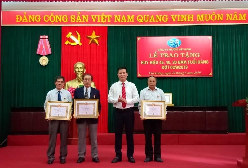 Phường Việt Hưng: 13 đảng viên vinh dự được trao tặng Huy hiệu Đảng đợt 2/9