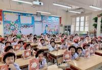 Tặng mũ bảo hiểm và tài liệu an toàn giao thông tới học sinh