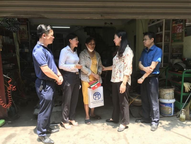Chủ tịch Ủy ban Mặt trận Tổ quốc thành phố Hà Nội thăm các gia đình bị ảnh hưởng trong vụ hỏa hoạn