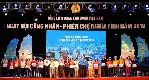 """Công nhân háo hức chung vui """"Ngày hội công nhân - Phiên chợ nghĩa tình"""" năm 2019"""