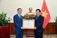 Phó Thủ tướng Phạm Bình Minh trao Huân chương Lao động hạng Nhất cho Đại sứ Lào