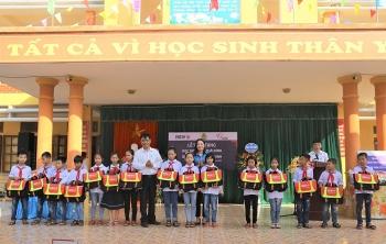 Trao tặng 5000 cặp phao cứu sinh tới học sinh tại 10 địa phương nhân dịp năm học mới
