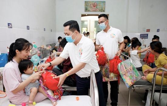 Tặng 500 phần quà trung thu tới gia đình bệnh nhi có hoàn cảnh khó khăn