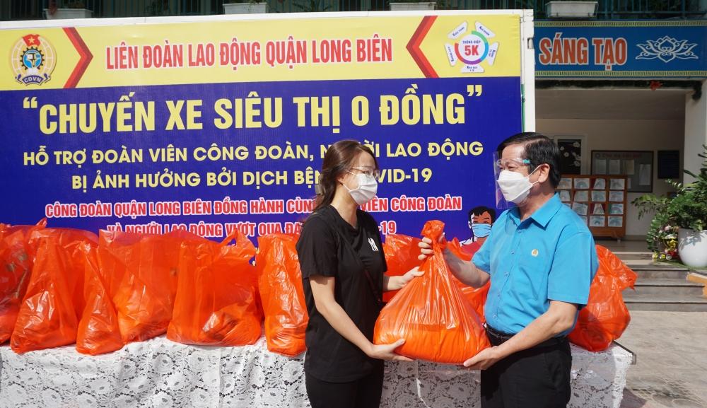 """Thêm 419 phần quà """"An sinh Công đoàn"""" đến với giáo viên, người lao động khó khăn quận Long Biên"""