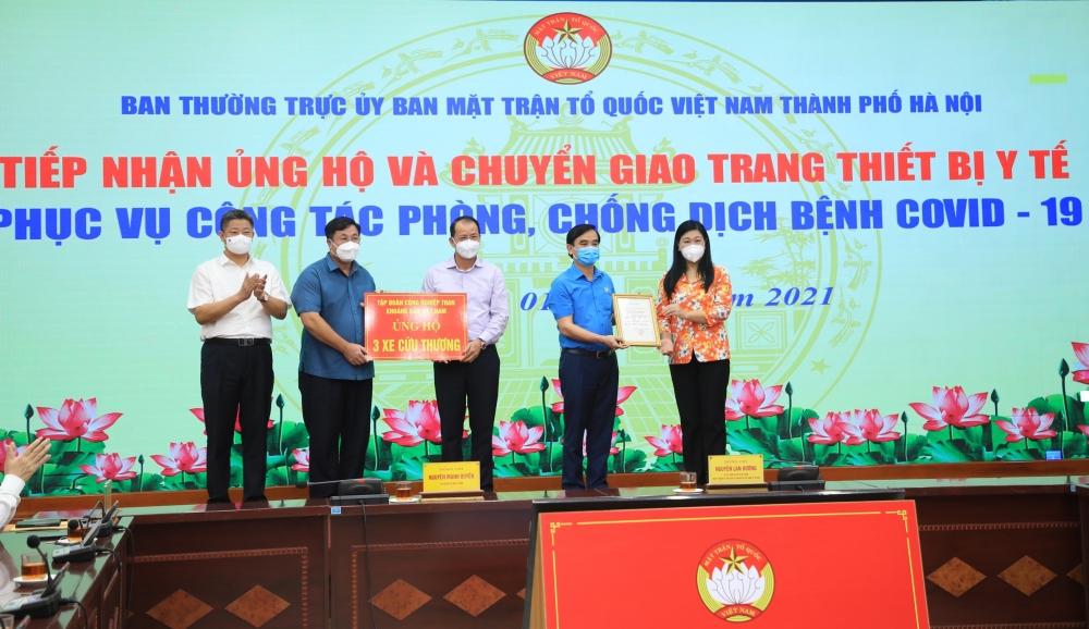 Chuyển giao 3 xe cứu thương cho quận Hoàng Mai để phục vụ công tác phòng, chống dịch