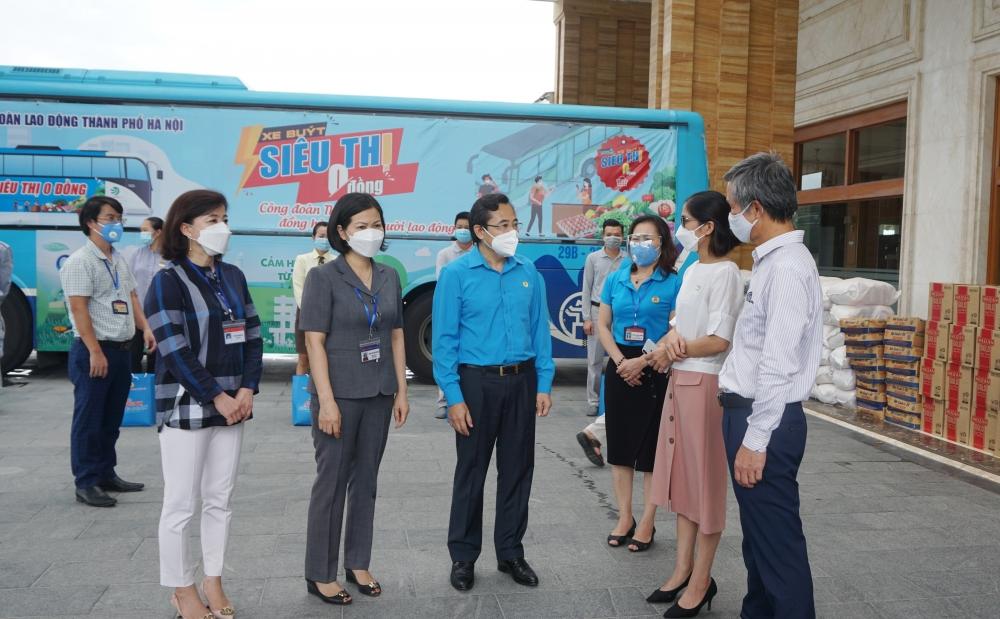 """""""Xe buýt siêu thị 0 đồng"""" mang 1.000 phần quà động viên công nhân lao động Long Biên"""
