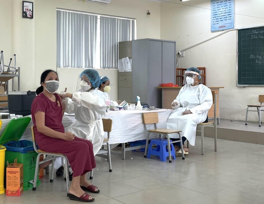 """Đoàn y, bác sĩ Bắc Giang """"thần tốc"""" chia lửa với quận Long Biên trong ngày đầu tiêm chủng và xét nghiệm diện rộng"""