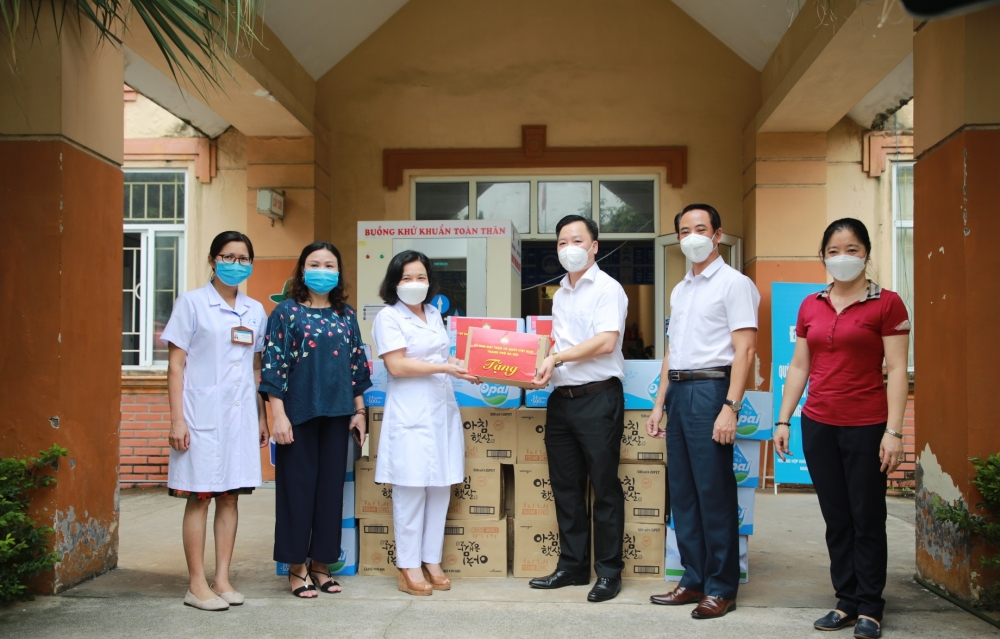 Lãnh đạo Ủy ban MTTQ Việt Nam thành phố Hà Nội thăm, động viên y, bác sĩ tuyến đầu chống dịch
