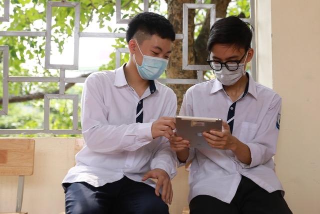 Trao tặng 200.000 tài khoản học tập và truy cập inernet tiếp sức học sinh có hoàn cảnh khó khăn