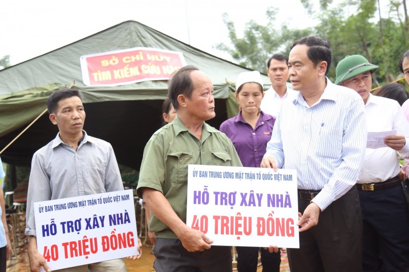 Trao 1 tỷ đồng giúp đồng bào tỉnh Hòa Bình khắc phục hậu quả mưa lũ