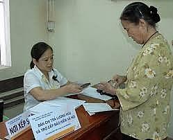 Quận Long Biên: Dần hoàn thiện quy trình chi trả lương hưu qua thẻ