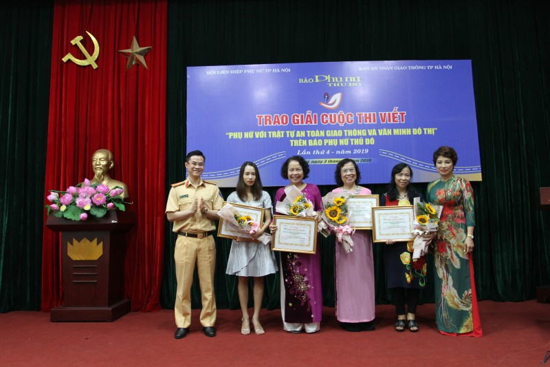 """Trao giải cuộc thi viết """"Phụ nữ với trật tự an toàn giao thông và văn minh đô thị"""""""