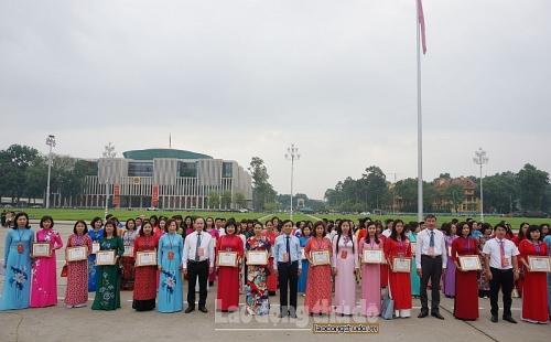 Cán bộ nữ công, đoàn viên tiêu biểu quận Long Biên báo công dâng Bác