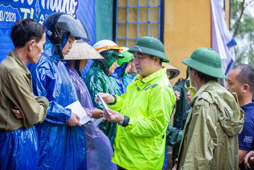 Hơn 4.000 phần quà được trao tới bà con bị ảnh hưởng mưa lũ tại 4 tỉnh miền Trung