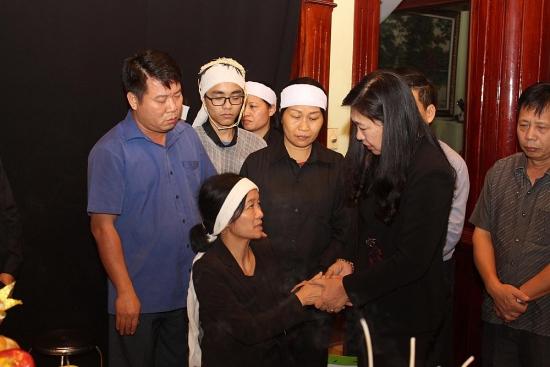 Lãnh đạo Ủy ban Mặt trận Tổ quốc thành phố Hà Nội thăm, động viên vợ con liệt sĩ Nguyễn Hữu Hùng
