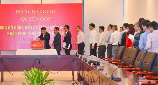 Bộ Ngoại giao quyên góp ủng hộ đồng bào các tỉnh miền Trung khắc phục hậu quả mưa lũ