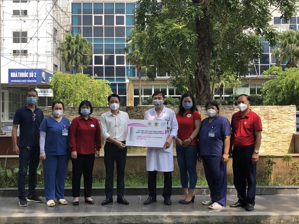 Trao tặng thiết bị lọc nước thông minh cho các bệnh viện tuyến đầu chống dịch