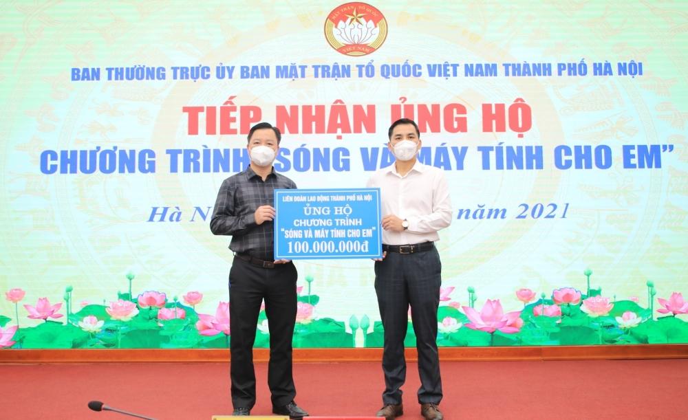 """LĐLĐ thành phố Hà Nội ủng hộ 100 triệu đồng tới Chương trình """"Sóng và máy tính cho em"""""""