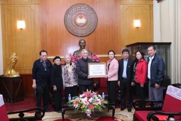 Tiếp nhận 200 triệu đồng từ gia đình cụ Hoàng Thị Minh Hồ