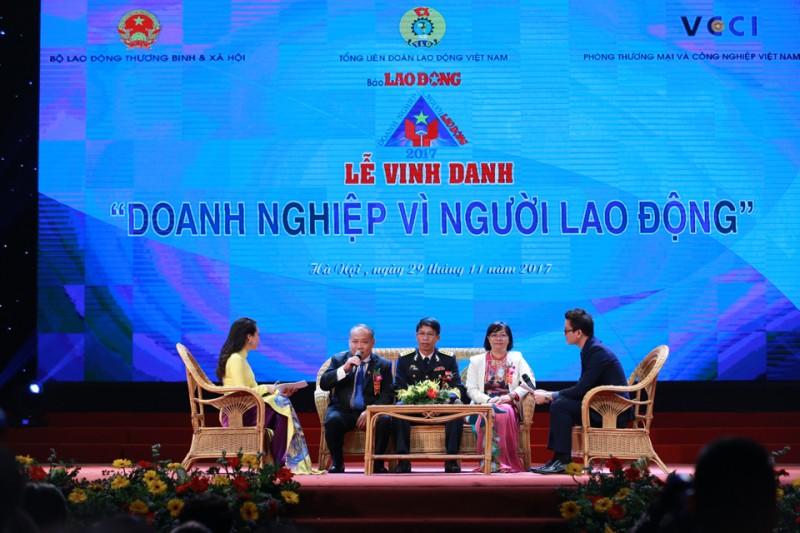 trao bang khen cho 30 doanh nghiep tieu bieu vi nguoi lao dong