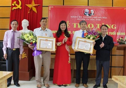 Trao tặng Huy hiệu Đảng tới đảng viên tiêu biểu huyện Sóc Sơn