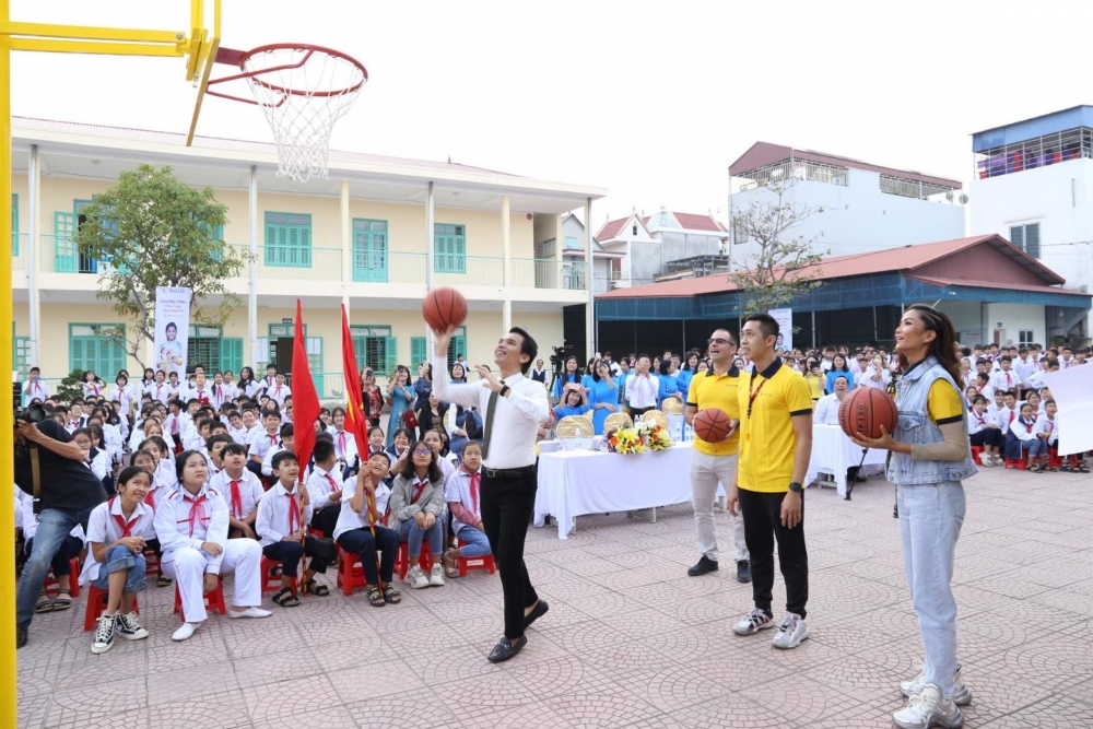 Sun Life Việt Nam trao tặng trụ bóng rổ tới 51 trường học trên cả nước