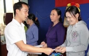 VIID trao quà hỗ trợ người dân bị thiệt hại do mưa lũ ở Quảng Ngãi