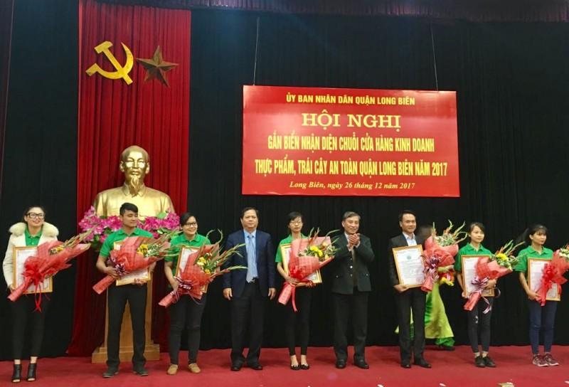 Long Biên: Gắn biển nhận diện cửa hàng kinh doanh thực phẩm an toàn