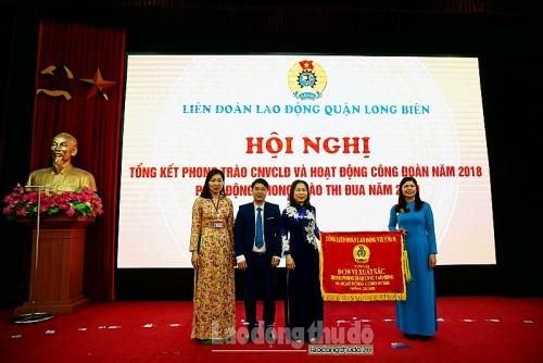 """LĐLĐ quận Long Biên được Tổng Liên đoàn tặng Cờ 'Đơn vị xuất sắc"""" năm 2018"""