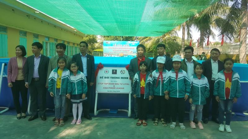 Trao tặng bể bơi, tạo sân chơi bổ ích cho học sinh