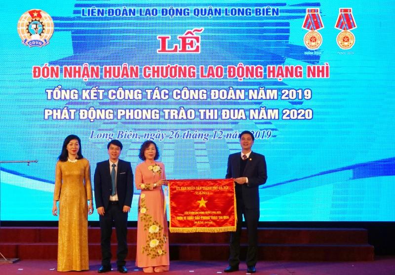 lien doan lao dong quan long bien duoc tang thuong huan chuong lao dong hang nhi