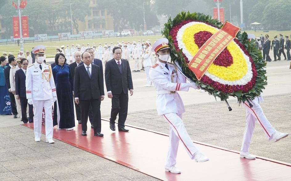 Đoàn đại biểu dự Đại hội Thi đua yêu nước toàn quốc vào Lăng viếng Chủ tịch Hồ Chí Minh