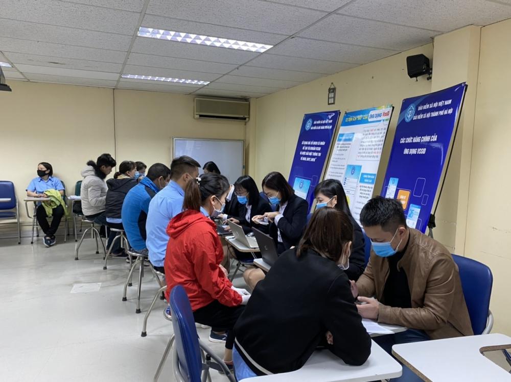 Hà Nội: Hơn 200 lao động tại khu công nghiệp được hỗ trợ cài đặt ứng dụng VssID