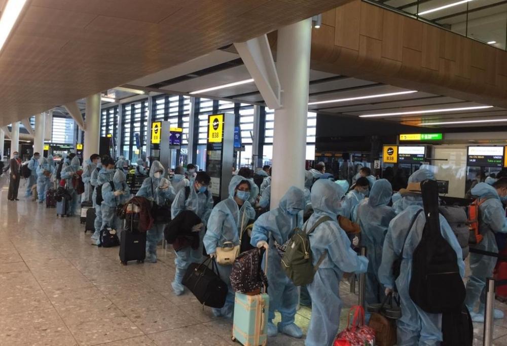 Đưa hơn 300 công dân Việt Nam từ Anh về nước an toàn