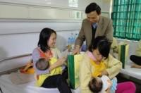 Lãnh đạo LĐLĐ TP Hà Nội thăm, tặng quà bệnh nhi bị mắc bệnh hiểm nghèo