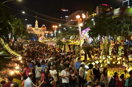 Người dân chiêm ngưỡng đường hoa Nguyễn Huệ