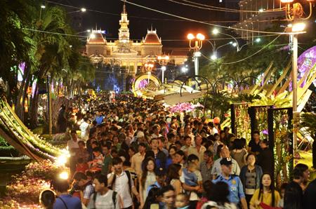 Hàngvạn người dân tham quan đường hoa sau buổi lễ khai mạc