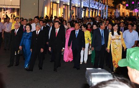 Lãnh đạo TƯ và TPHCM cùng cácđại biểu tiến về lễ đài để cắt băng khai mạc đường hoa.
