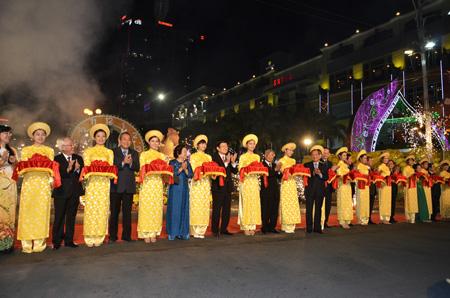 Đoàn đại biểu cắt băng khai mạc đường hoa Nguyễn Huệ 2014.