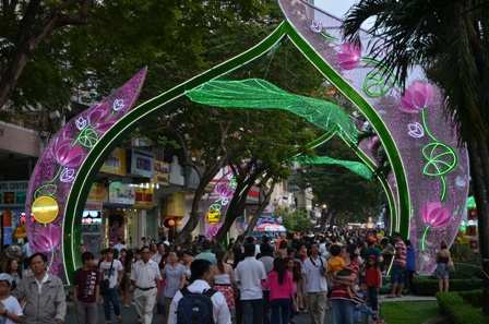 Từ cuối giờ chiều, hàng trăm người dân đã bắt đầu đổ về đường Nguyễn Huệ để chờ đón lễ khai mạc