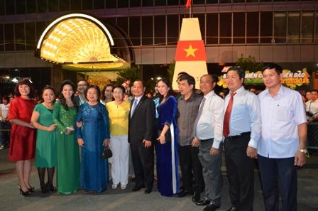 Đoàn chụp ảnh lưu niệm tại cột mốc biển đảo quê hương