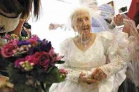 Cụ bà 'lên xe hoa' ở tuổi 100