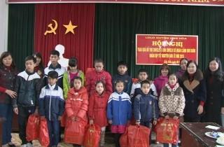 LĐLĐ huyện Ứng Hòa: Trao quà cho các đối tượng khó khăn