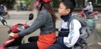 Từ 8/4, xử phạt khi trẻ em đi trên xe máy không đội mũ bảo hiểm