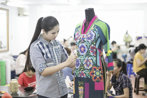 nền văn hoá của đất nước Châu Á này, đó cũng chính là nguồn cảm hứng để tôi thiết kế ra bộ sưu tập áo dài này....Mỗi người sẽ có một cách nhìn và cảm nhận khác nhau về hình ảnh của một đất nước còn với tôi, thông qua bộ sưu tập này tôi muốn chia sẻ cho mọi người những gì tôi cảm nhận được về đất nước Hàn Quốc là những hoa văn, hoạ tiết đặc trưng của cung đình Hàn Quốc