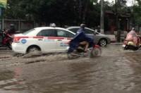 Nhiều tuyến phố Hà Nội ngập sâu sau mưa lớn