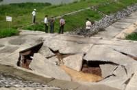 Nam Hà: Dân sợ hãi vì mặt đê sụt lún, nứt toác giữa mùa mưa bão