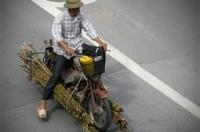 Xe 'nhiều không' chở hàng nghênh ngang trên phố Thủ đô